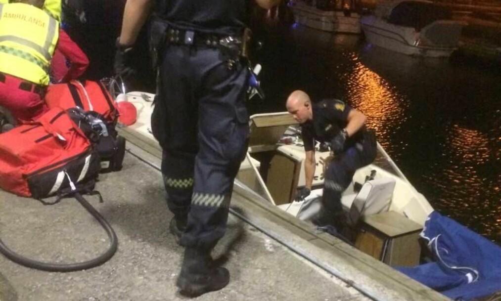 <strong>RYKKET UT TIL ÅSGÅRDSTRAND:</strong> Politiet i Vestfold sjekker ut plastbåten i Åsgårdstrand havn. Foto: Stian Berg