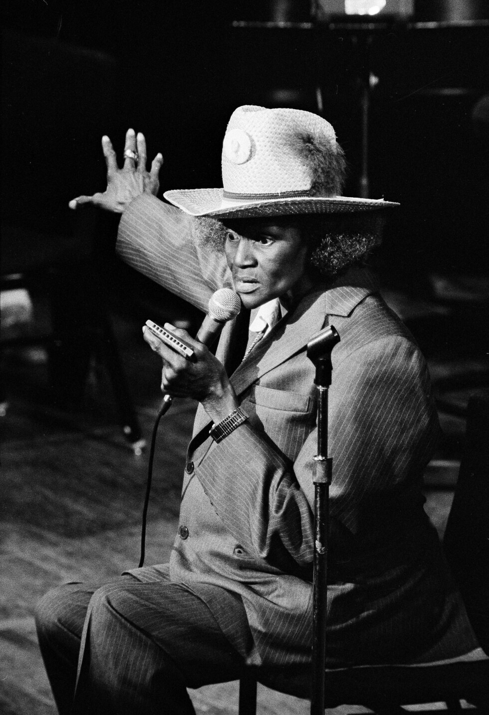 BIG MAMAS BLUES: Big Mama Thornton utkledd som mann da hun sang og spilte blues under Newport Jazz Festival i 1980. Er dette en type musikk vi egentlig bør tillate i Norge i rødt, hvitt og Erna? Jeg bare spør for en bluesvenn. Foto: NTB Scanpix