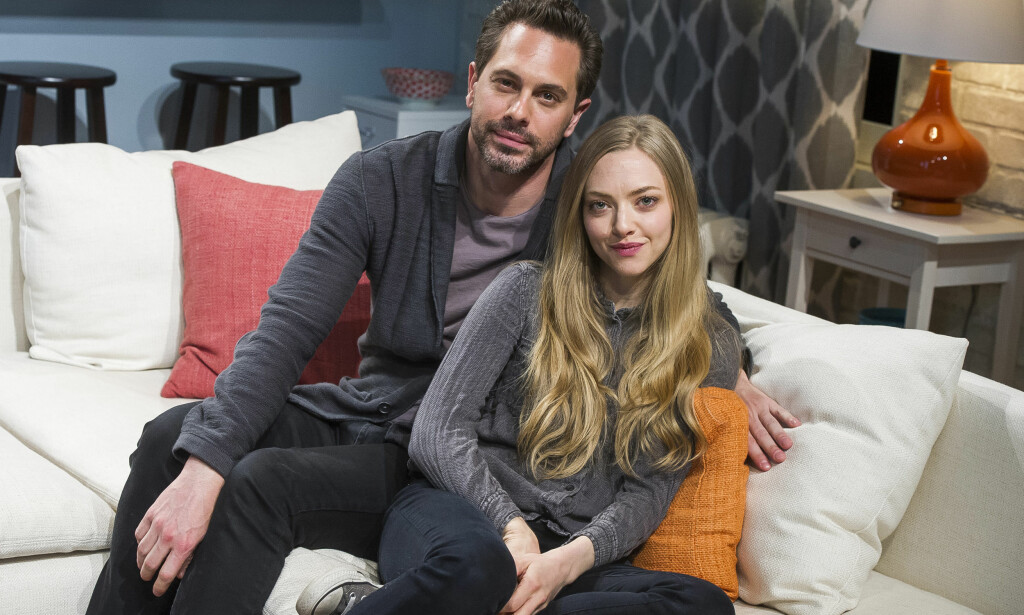 "STOD PÅ SCENEN SAMMEN: Her poserer Thomas Sadoski og Amanda Seyfried på settet til teaterstykket ""The Way We Get By"" i mai 2015. Dramaet handlet om et beruset par som har et one-night stand i et bryllup. Foto: NTB Scanpix"