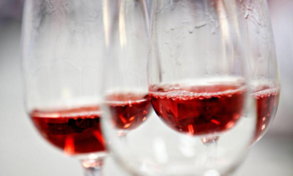 IKKE SALT: Det er fort gjort å søle rødvin, men bruk for all del ikke salt for å fjerne flekken. Foto: NTB scanpix.
