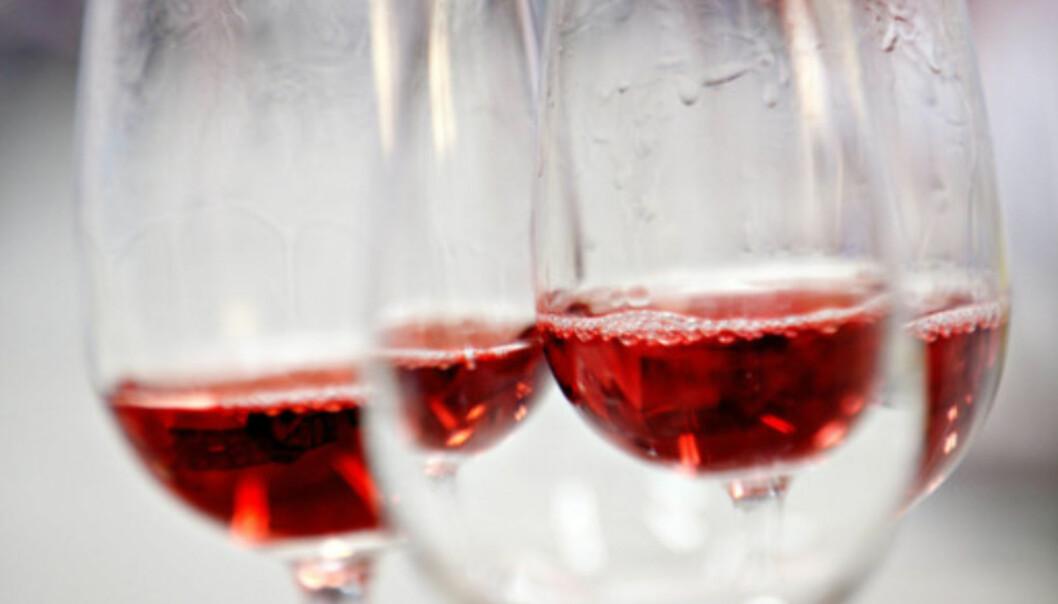 <strong>IKKE SALT:</strong> Det er fort gjort å søle rødvin, men bruk for all del ikke salt for å fjerne flekken. Foto: NTB scanpix.