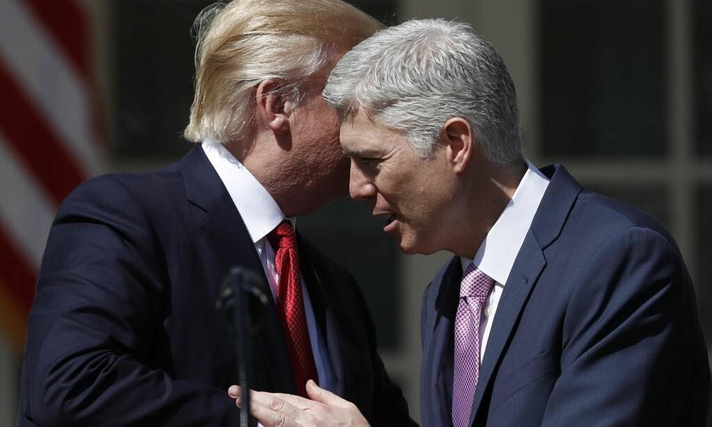 KONSERVATIV: Neil Gorsuch ble i april i år tatt i ed som ny høyesterettsdommer. Er han nå amerikansk høyesteretts mest konservative dommer, spør artikkelforfatteren. Foto: Carolyn Kaster / AP Photo / NTB scanpix