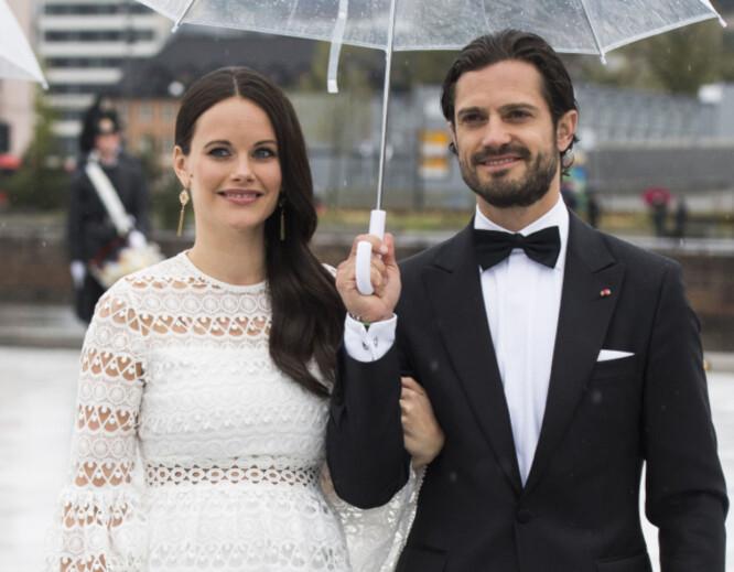 VENTER BARN: Prins Carl Philip og prinsesse Sofia av Sverige blir foreldre til barn nummer to i september. Her er paret avbildet mens de ankommer festmiddagen i Operaen i anledning kongeparets 80-årsfeiring. Foto: Jon Olav Nesvold / NTB scanpix