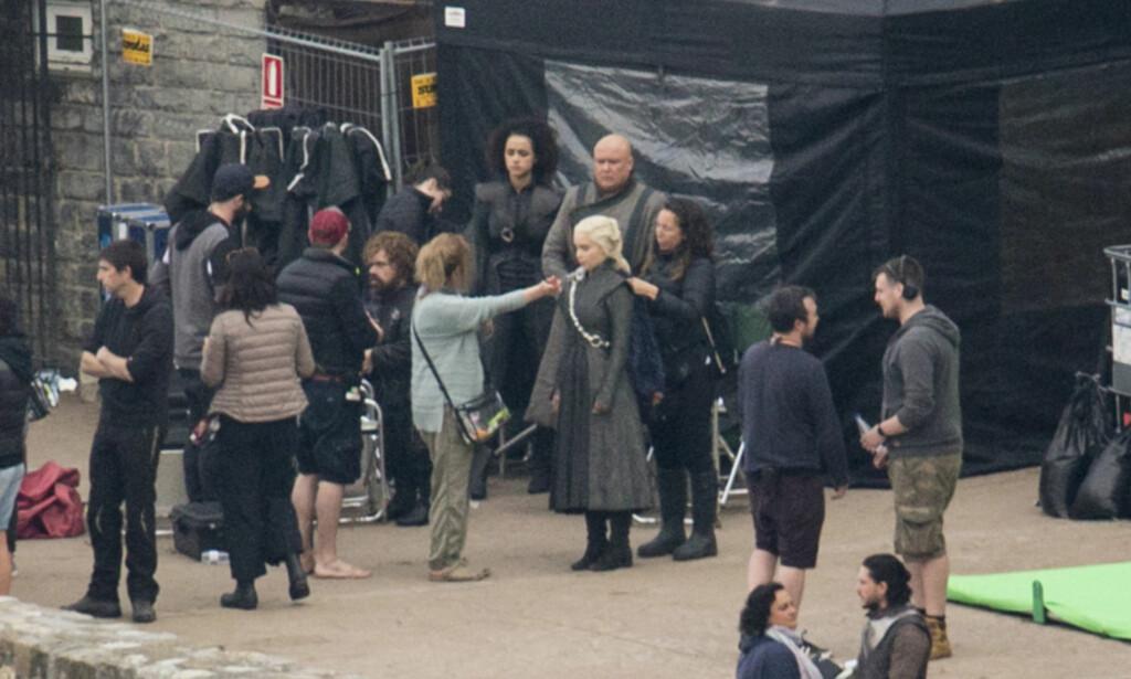 FILMSETT: Fra filmsettet til «Game of Thrones» i Spania. Bildet er et av flere bilder som ble lekket i oktober, og som førte til spekulasjoner i pressen om at Jon og Daenerys endelig ville møtes. Nå er det imidlertid klart at flere av scenene ble filmet bare for å forvirre fansen. Foto: NTB Scanpix