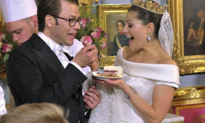 <strong>DEN STORE DAGEN:</strong> Kronprinsesse Victoria og prins Daniel skjærer opp bryllupskaken på Stockholms slott i 2010. Foto: Jonas Ekströmer / NTB scanpix