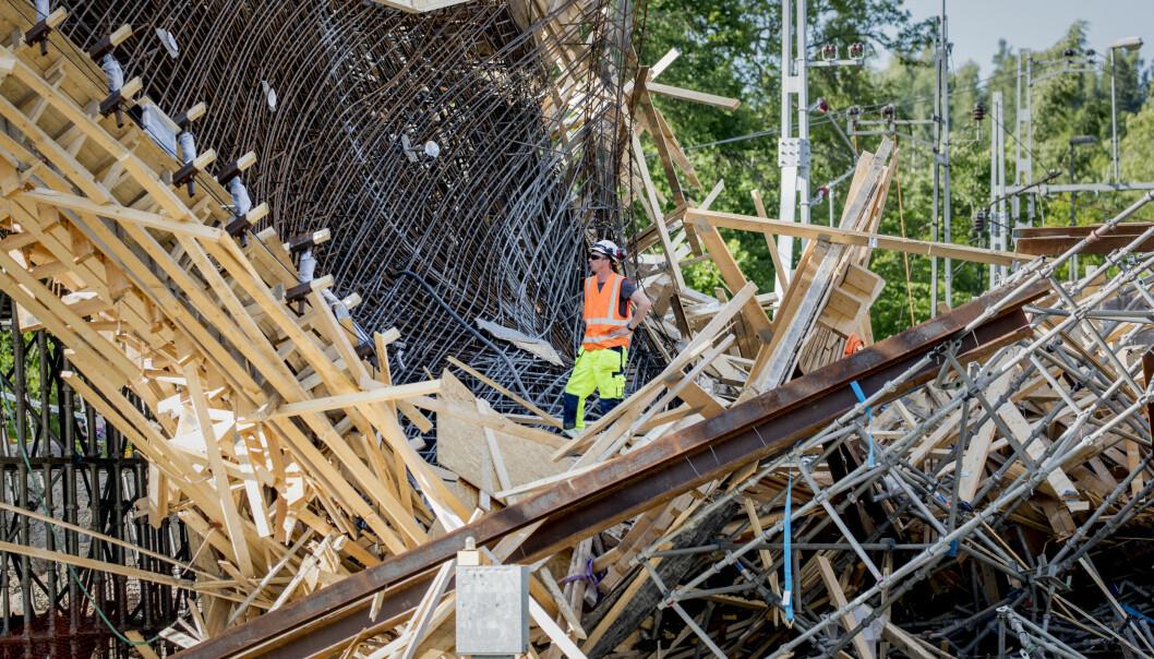 <strong>RASTE:</strong> Tolv arbeidere ble skadd, seks av dem alvorlig, da et stillas på en jernbanebro raste sammen torsdag ettermiddag. Foto: Pavel Koubek/TT / NTB scanpix