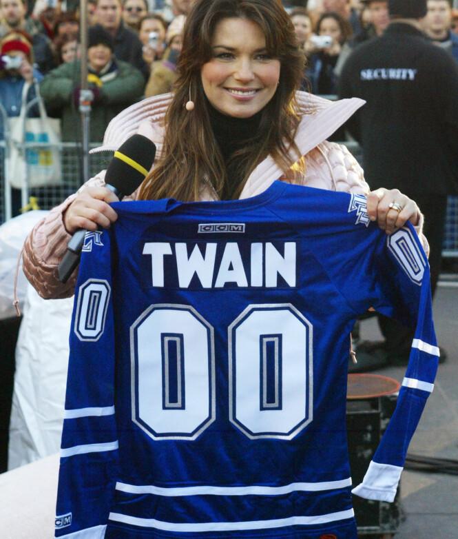 <strong>POPULÆR I HJEMLANDET:</strong> I november 2004 fikk Shania Twain overrakt en spesiallaget hockeytrøye fra den kanadiske NHL-laget Toronto Maple Leafs. Foto: NTB scanpix