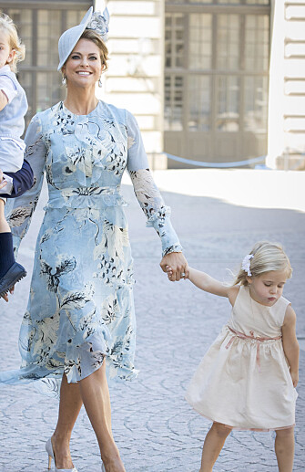 PÅ VEI TIL KIRKEN: Prinsesse Madeleine og prinsesse Leonore. Foto: NTB Scanpix