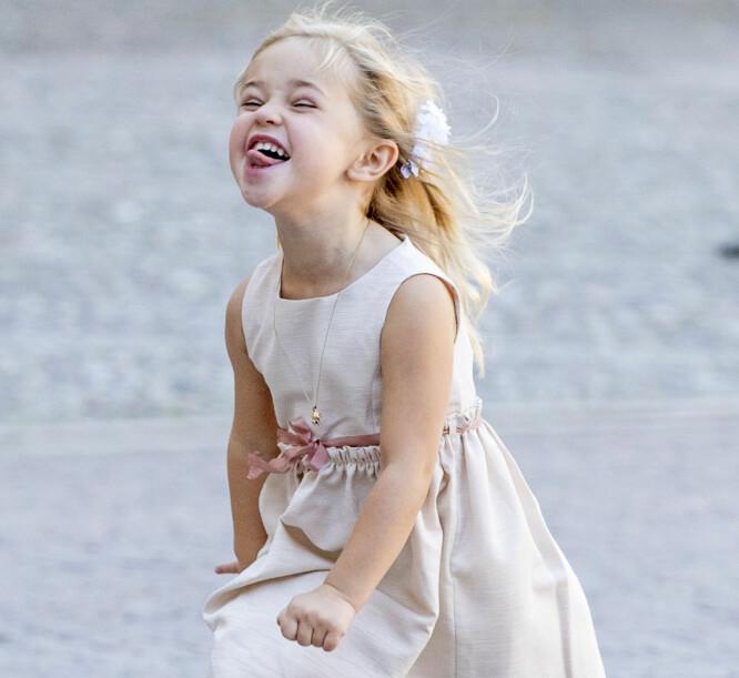 GEIPET: Prinsessen hadde på seg en lyserosa kjole og matchet det med en geip til kameraet. Foto: NTB Scanpix