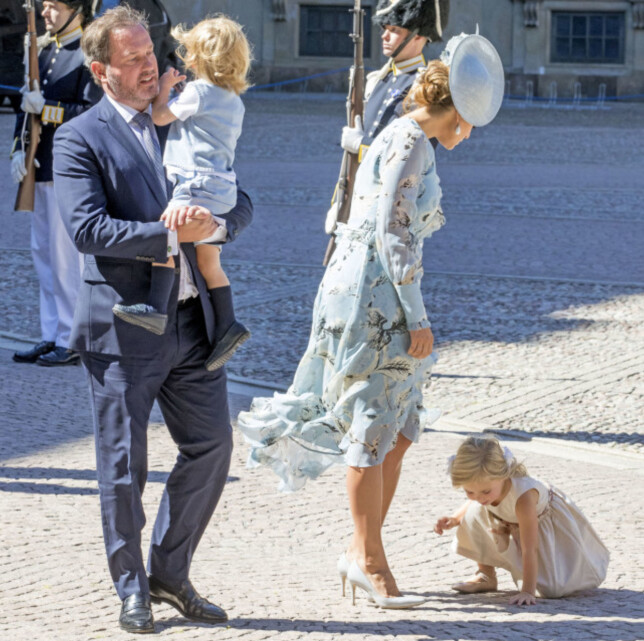 OPPTATT: Lille Leonore virket ikke interessert i å smile til fotografene i dag tidlig. Foto: NTB Scanpix