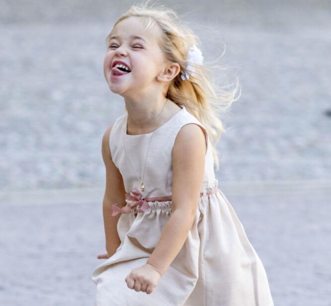 <strong>GEIPET:</strong> Prinsessen hadde på seg en lyserosa kjole og matchet det med en geip til kameraet. Foto: NTB Scanpix