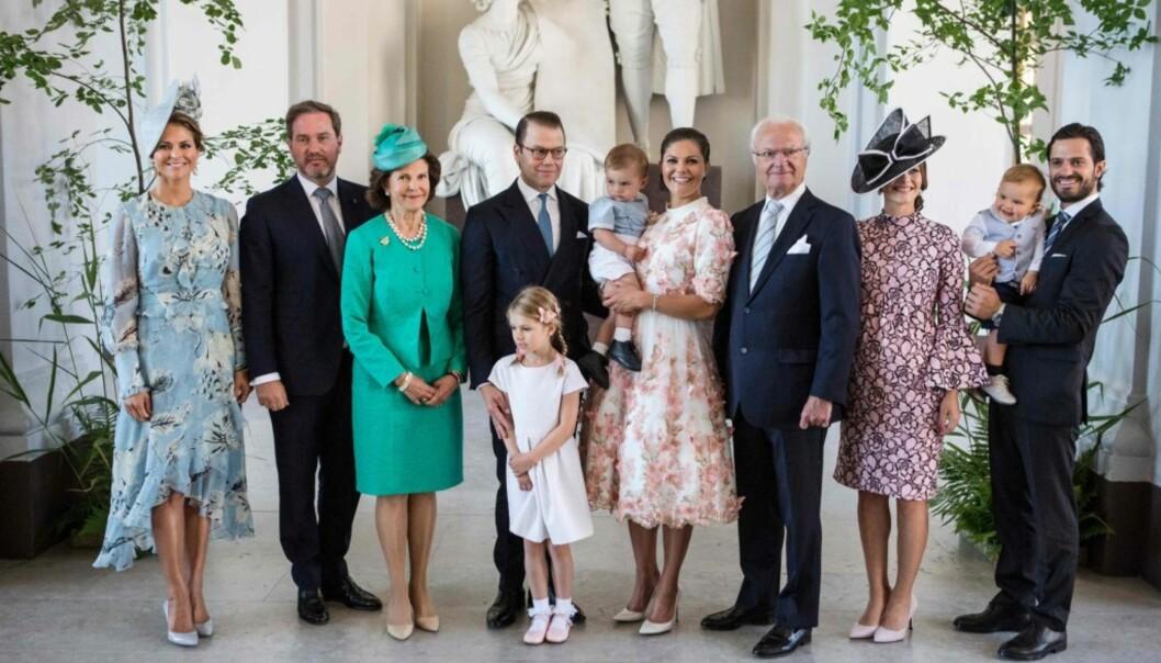 <strong>KONGEFAMILIEN:</strong> Hele familien var samlet til fotografering, bortsett fra Leonore og broren Nicolas. Foto: NTB Scanpix