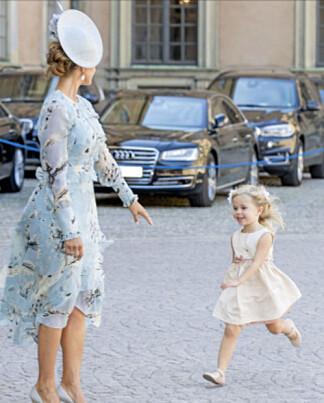 LØP TIL MAMMA: Leonore var ikke vanskelig å be da mamma Madeleine ba henne komme. Foto: NTB Scanpix