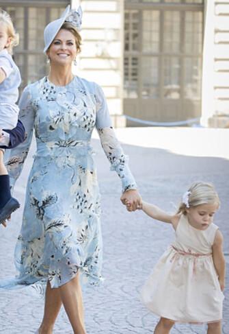 <strong>PÅ VEI TIL KIRKEN:</strong> Prinsesse Madeleine og prinsesse Leonore. Foto: NTB Scanpix