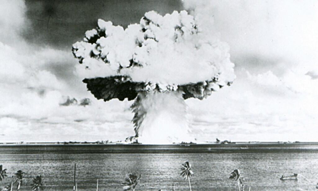 ATOMPRØVESPRENGNING: Dette bildet er fra juni 1946 da USA utførte en atomprøvesprengning på Bikiniatollen i Stillehavet. Alle som bodde på øya måtte flytte. Foto: Reuters / NTB Scanpix