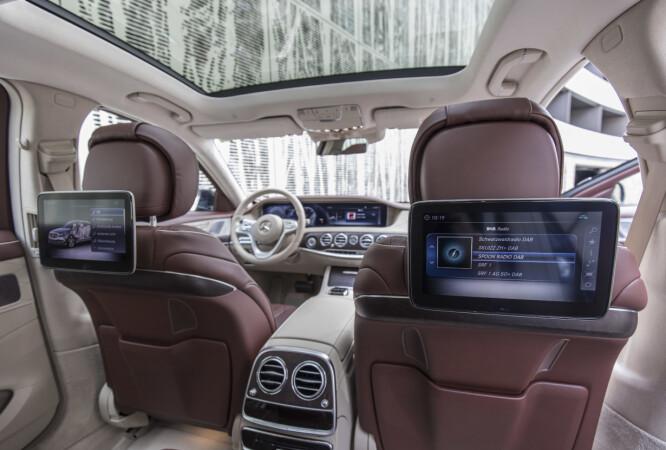 <strong>INFO OVERALT:</strong> Man kan velge mellom separat eller felles grensesnitt foran og bak og betjening av de såkalte infotainment-funksjonene kan også foregå bak, via egen telefon eller bilens system. Foto: Daimler