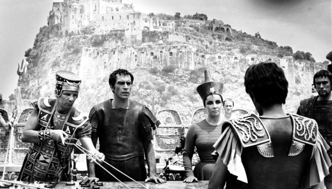 <strong>I BERØMT FILM:</strong> Martin Landau (nr. to f.v.) i rollen som general Rufio under innspillingen av «Cleopatra», sammen med blant andre Elizabeth Taylor (t.h.). Foto: Girolamo Di Mayo/ AP/ NTB scanpix