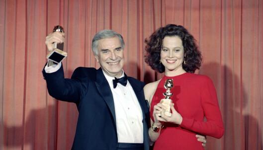 <strong>PRISVINNENDE:</strong> Martin Landau og Sigourney Weaver med sine Golden Globe-priser på utdelingen i 1989. Foto: AP/ NTB scanpix