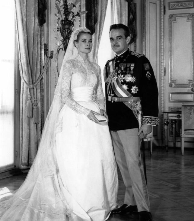 IKONISK INSPIRASJON: Grace kelly regnes fortsatt som et av Hollywoods fremste stilikoner, 35 år etter sin død. Her er hun avbildet på bryllupsdagen sin i 1956, sammen med prins Rainier av Monaco. Foto: AFP/ NTB scanpix