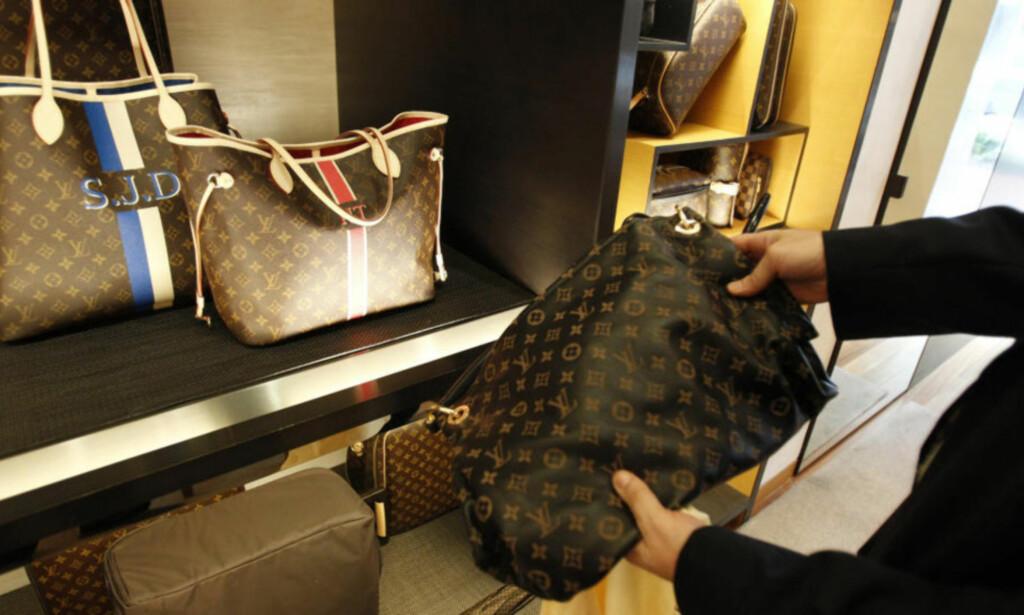DYRT: En svensk kvinne ble bøtelagt 95 000 kroner etter å ha kjøpt en falsk designerveske i utlandet. Patentstyret advarer mot kjøp av falske luksusartikler i utlandet. Illustrasjonsfoto: HYUNGWON KANG/REUTERS/NTB SCANPIX