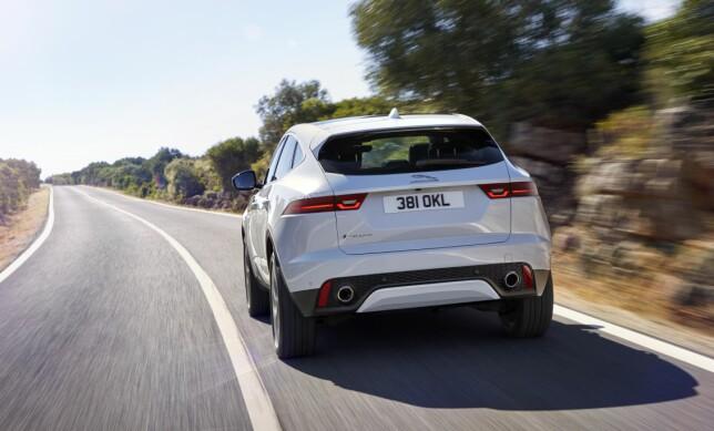 MER SUV: Med skliplate og høyreist hekk, ser E-Pace mer SUV-aktig ut bakfra. Foto: Jaguar