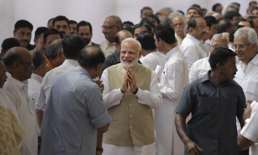 MODIS MANN: Indias statsminister, Narendra Modi (midten), hilser og småprater med folk etter at han stemte på lavkaste-medlemmet Ram Nath Kovind som president i dag. Foto: Manish Swarup / Ap / Scanpix