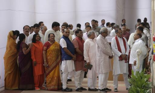 I STEMMEKØ: Indiske politikere står i kø for å stemme fram sin president i dag. Foto: Manish Swarup / Ap / Scanpix