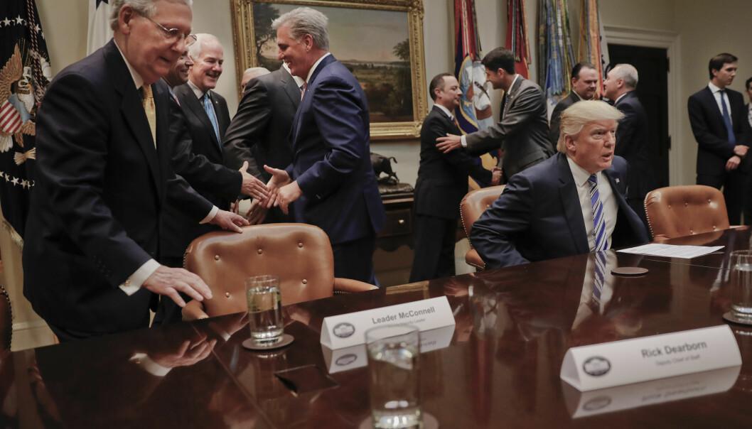 <strong>KOLLAPS:</strong> President Donald Trump (t.h.) og leder for Republikanerne i Senatet, Mitch McConnell, klarer så langt ikke å få med seg nok senatorer på å støtte den omfattende og upopulære helsereformen. Foto: AP Photo/Pablo Martinez Monsivais