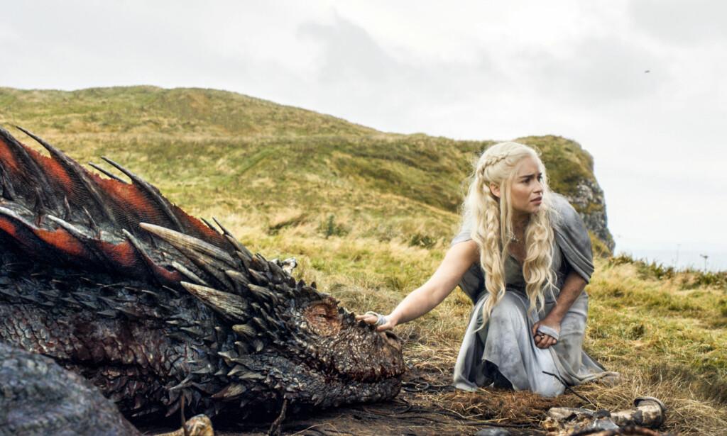 BERØMT ROLLE: Emilia Clarke i skikkelsen til «Game of Thrones»-rollefiguren Daenerys Targaryen, også kjent som Khaleesi og «Mother of Dragons». Foto: HBO via AP/ NTB scanpix