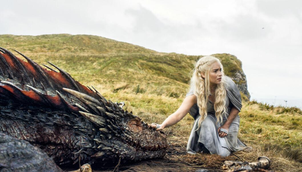 BERØMT ROLLE: Skuespiller Emilia Clarke har fått både mannlige og kvinnelige fans over hele verden etter at hun ble kjent som Daenerys Targaryen, også kjent som Khaleesi eller dragenes mor, i «Game of Thrones». Foto: HBO via AP/ NTB scanpix