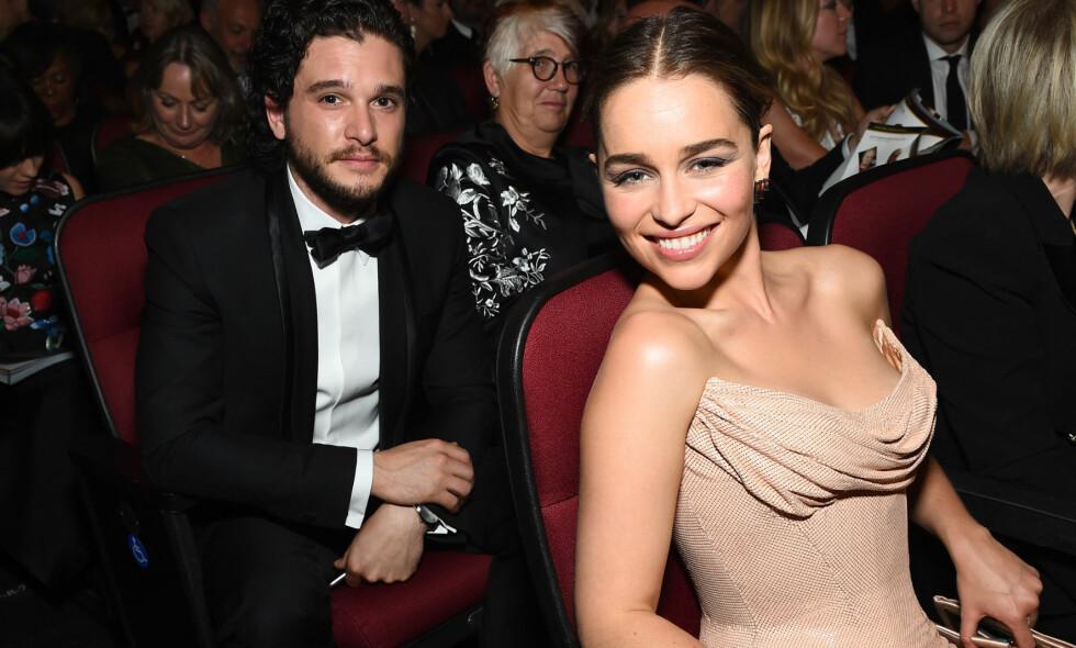 TV-STJERNE: Emilia Clarke har oppnådd en eventyrlig suksess de siste åra. Veien dit var imidlertid ikke bare enkel. Her er hun og «Game of Thrones»-kollega Kit Harington avbildet på Primetime Emmy Awards i 2016. Foto: Charles Sykes/Invision/AP/ NTB scanpix