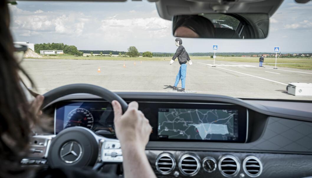 <strong>SIKKER:</strong> Selvsagt har S-klasse alt tilgjengelig av sikkerhetssystemer - som det som hindrer deg i å kjøre på en fotgjenger. Foto: Daimler