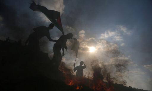 STADIGE PROTESTER: Palestinske demonstranter er i sammenstøt med israelske tropper like ved grensa mellom Israel og Gaza tidligere denne måneden. Foto: Ibraheem Abu Mustafa / Reuters / Scanpix