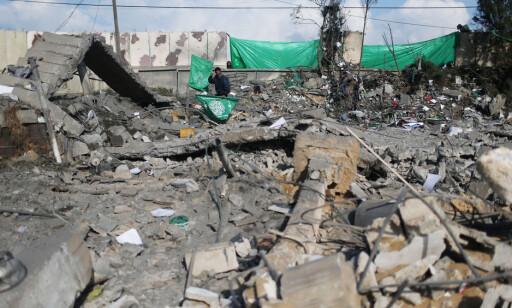 BOMBES JEVNLIG: En palestinsk mann holder et Hamas-flagg mens han går rundt og inspiserer ruinene etter et israelsk bombeangrep tidligere i år. Den overbefolkede stripen bombes jevnlig. Foto: Ibraheem Abu Mustafa / Reuters / Scanpix