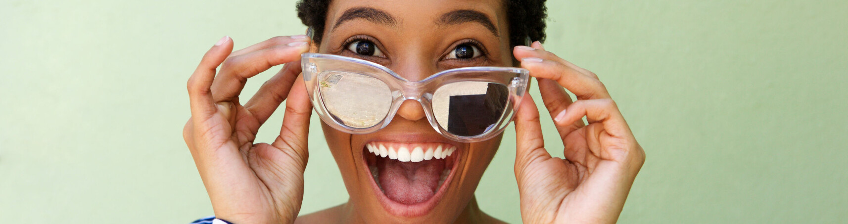 RENGJØRING: Vet du hvor ofte du egentlig bør vaske solbrillene dine? Vi har fasiten! FOTO: Scanpix