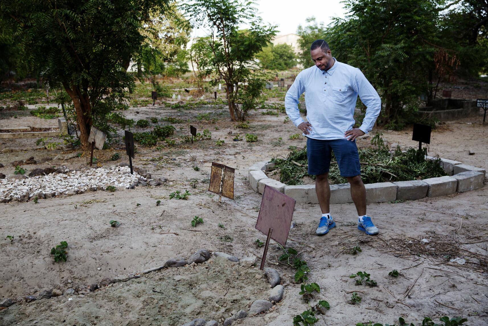 BANJUL, GAMBIA: Dave Rene Olsen er ved farens grav i Gambias hovedstad Banjul. Etter at faren Baboucar Ndure døde er det påstander om giftdrap, forsikringsbedrageri, trygdesvindel, juks med DNA-test, sharia-ekteskap via telefon og til slutt en bitter arvestrid om millionverdier. Foto: Henning Lillegård / Dagbladet.