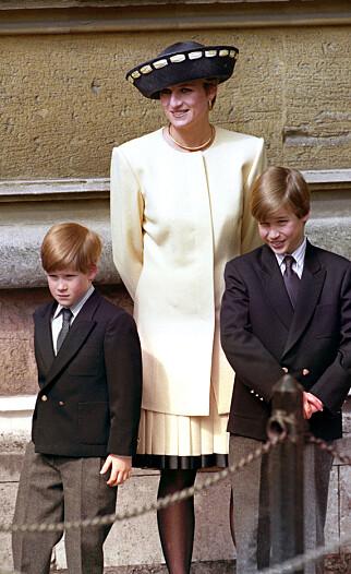 SISTE SAMTALE: Disse bildene er nylig sluppet i forbindelse med 20-årsmarkeringen av prinsesse Dianas død. Her er hun sammen med sønnen, prins Harry og Prins William 19. april 1992. Foto: Martin Keene / PA / NTB Scanpix