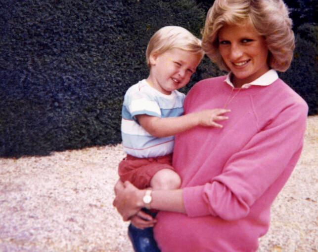 MORSLYKKE: Prinsesse Diana med prins William på armen og prins Harry i magen. Foto: Reuters / NTB Scanpix