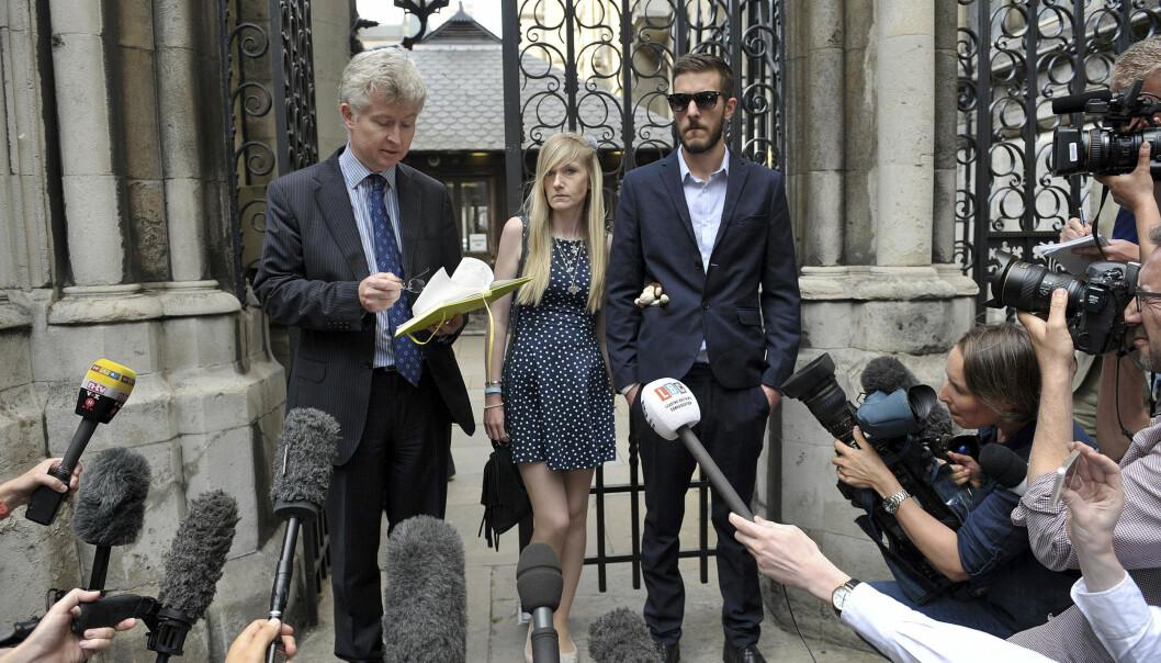 OPPMERKSOMHET: Charlie Gards foreldre, Connie Yates og Chris Gard, står her utenfor retten 10.juli. Saken har fått enorm oppmerksomhet i England og i utlandet. Her står foreldrene sammen med en familievenn og gir uttalelser til verdenspressen. Foto: Scanpix