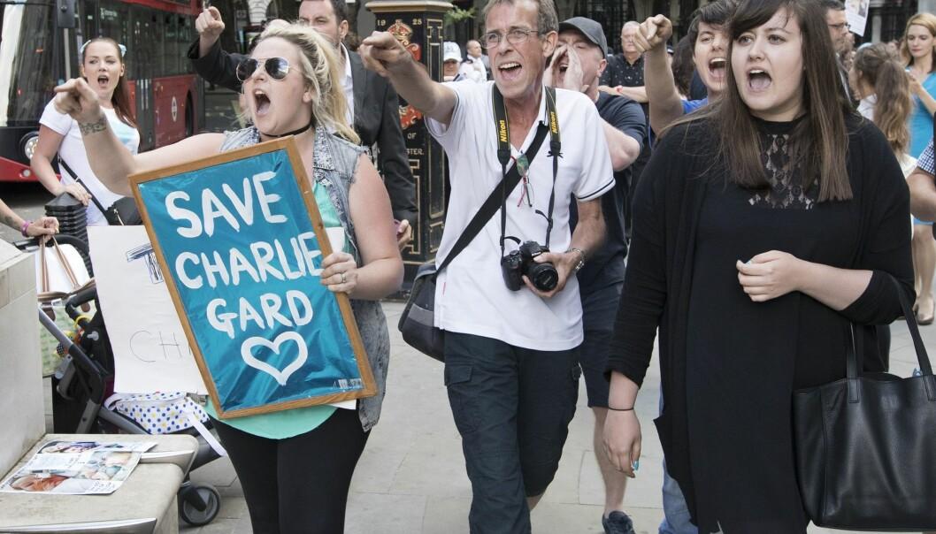 REDD CHARLIE: Mange engasjerer seg i foreldrenes kamp mot rettsystemet for at Charli skal få behandling i USA. Mange møtte opp utenfor retten 10.juli for å vise sympati. Foto: Scanpix