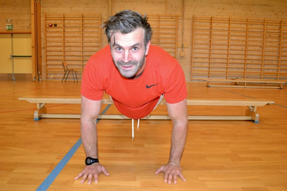 I gymsalen: Personlig trener Martin Søreng er mest vant til treningsstudio, men har slett ikke glemt gamle kunstner fra gymsalen. Foto: Kristin Roset