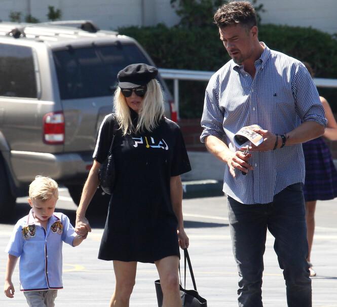 FAMILIEN: Fergie med sønnen Axl Jack og ektemannen Josh. Foto: NTB Scanpix