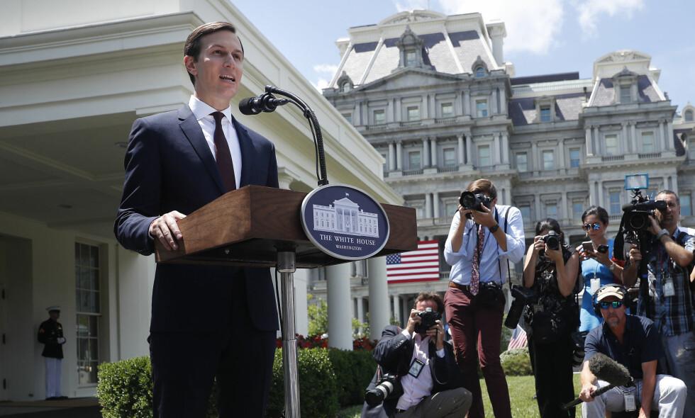 KORT UTTALELSE: Etter å ha blitt grillet av Senatets etterretningskomité i dag, kom Jared Kushner, Donald Trumps svigersønn og seniorrådgiver, med en kort uttalelse til amerikansk presse. Foto: AP Photo / NTB Scanpix