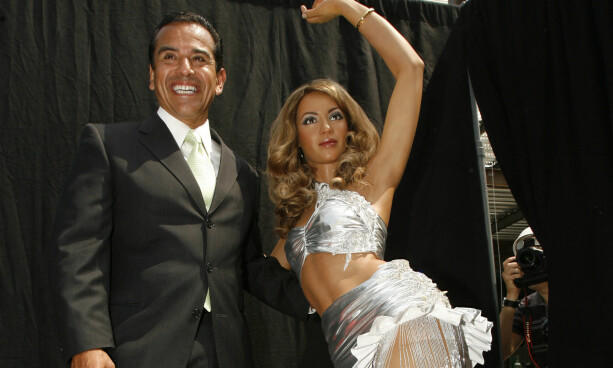MED BORGERMESTEREN: Antonio Villraigosa, daværende borgermester i Los Angeles, med en Madame Tussaud-voksfigur av Beyoncé i 2008. Foto: Reuters/ NTB scanpix