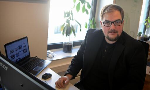 PROTESTERER: Erik Waatland er vaktsjef og journalist i Medier24. Han protesterer mot falske profiler på Facebook. Foto: Gard L. Michalsen