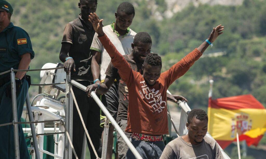 image: Hver dag kommer 450 migranter og flyktninger over havet til Italia. - Norske politikere er feige