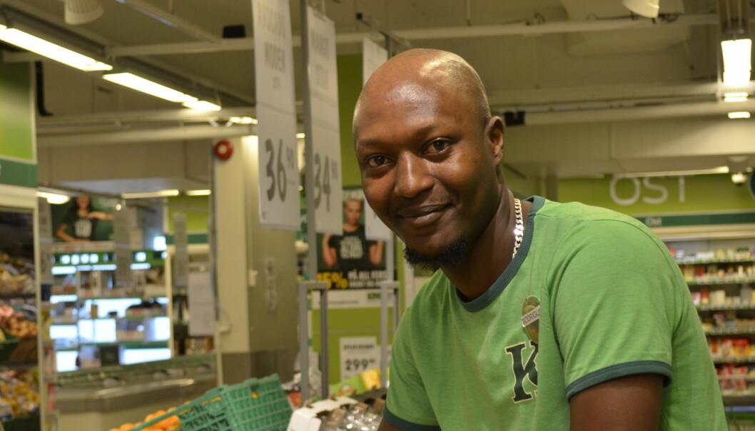 Flyktningen Rodrigue snakker fem språk - men slet med å få lærlingplass. Butikkjobb ble redningen.