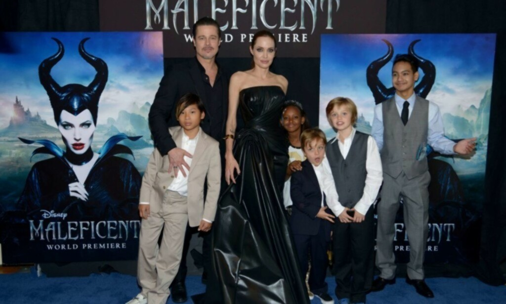 FAMILIE: Her er Brad og Angelina sammen med ungeflokken på premieren av filmen Maleficent i Hollywood. Vivienne er det eneste barnet som ikke er med på bildet. Foto: AFP