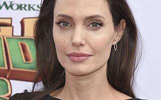 image: Angelina Jolie bryter tausheten: - Viktig at jeg gråter i dusjen og ikke foran barna