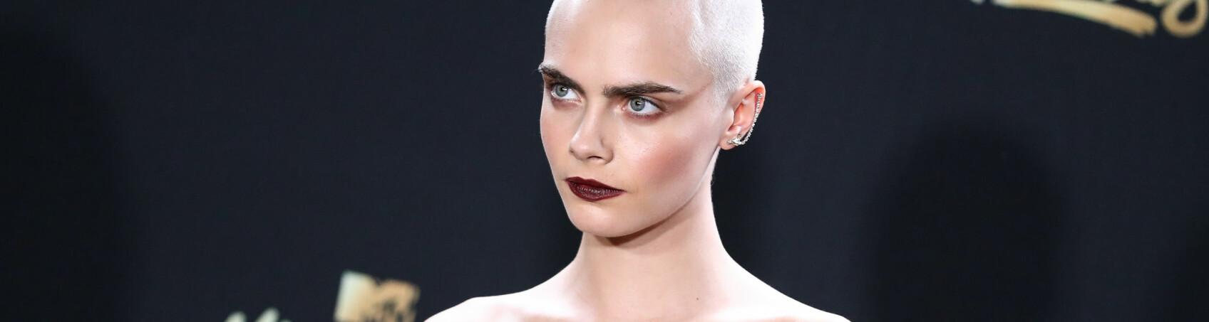 BARBERTE AV SEG HÅRET: Tidligere i år kvittet Cara Delevingne seg med håret for å spille en kreftsyk jente i filmen «Life In a Year». FOTO: Scanpix